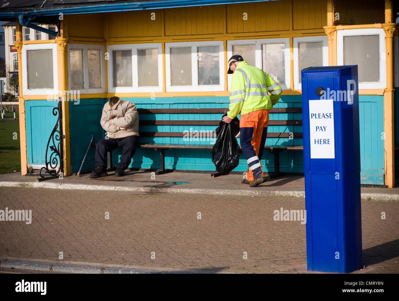 Sans-abri, l'homme sans tête, dormir dans un abri en bord de mer,abandonnés, des profils, l'alcoolisme, Photo Stock