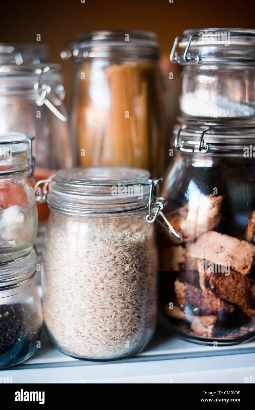 Pots de verre avec un contenu différent Photo Stock