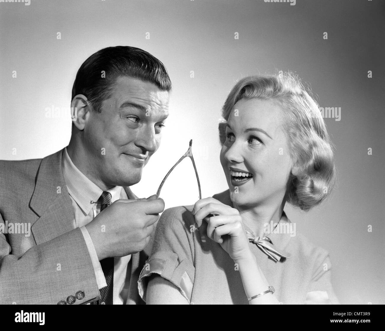 1950 PORTRAIT DE COUPLE HOLDING TRIANGLE INFÉRIEUR Photo Stock