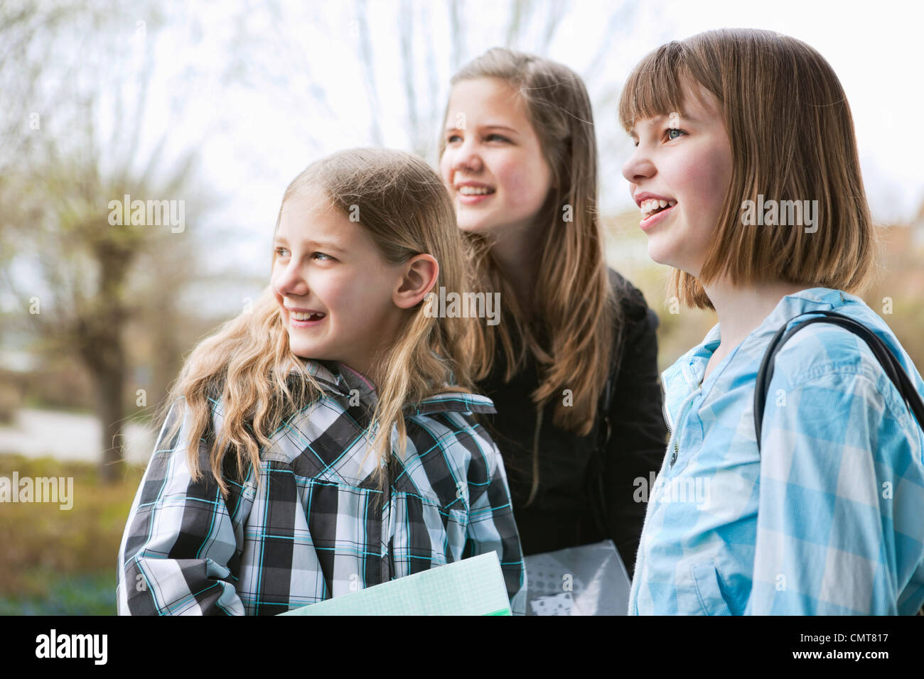 Trois filles (12-13) à la recherche sur le côté Photo Stock
