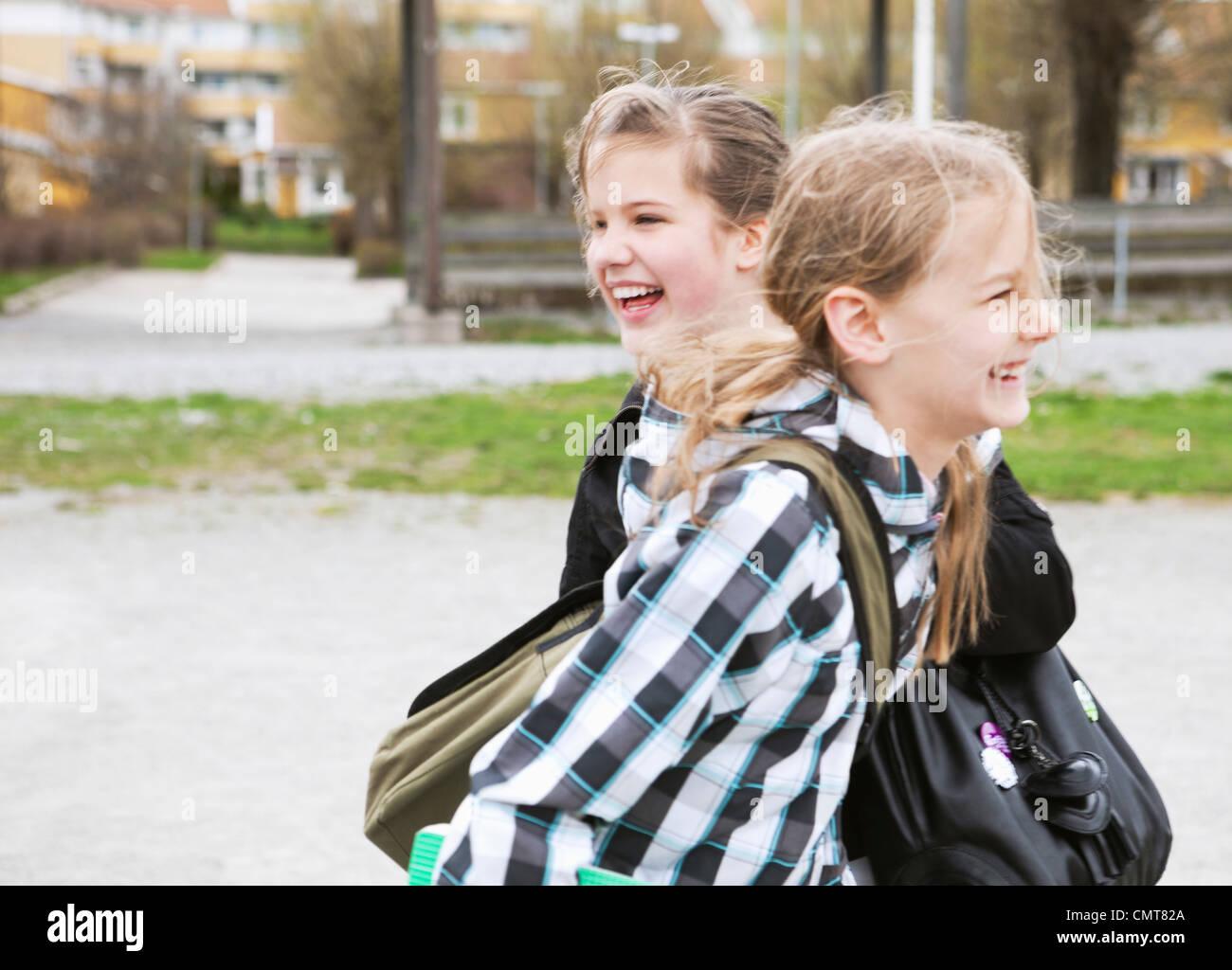 Deux jeunes filles (12-13) laughing Photo Stock