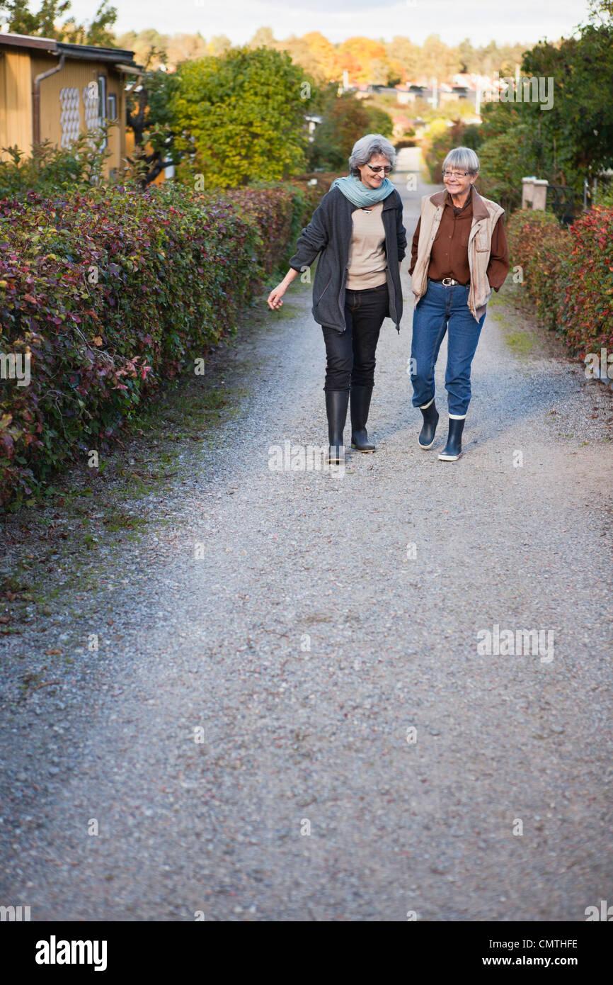 Deux femmes âgées marche sur route Photo Stock
