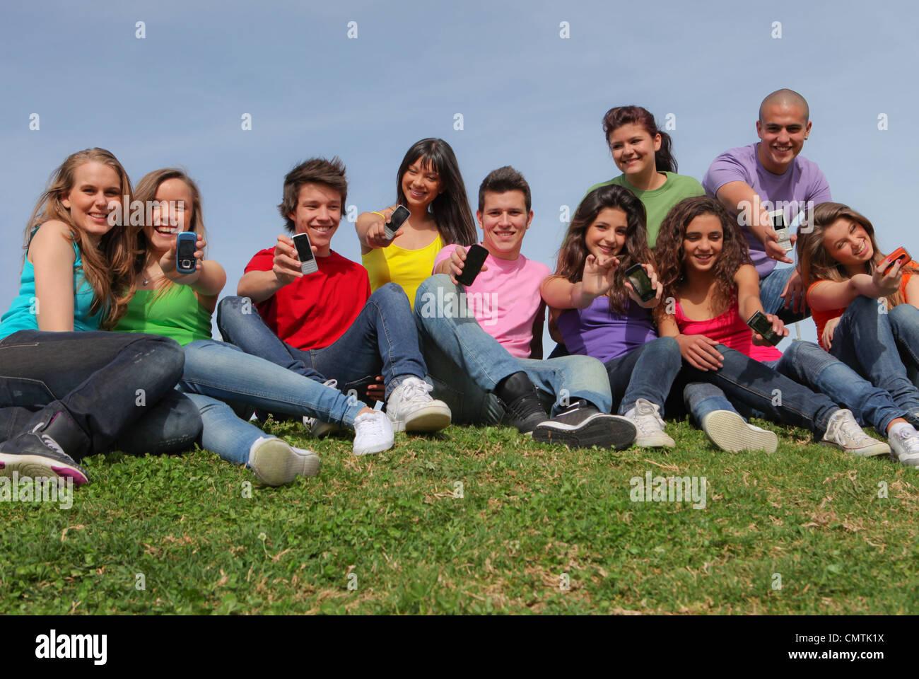 Heureux groupe d'adolescents avec un téléphone cellulaire Photo Stock