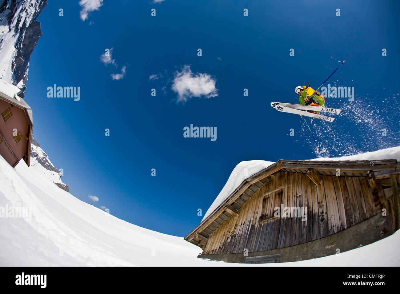 Man jumping avec skies Photo Stock