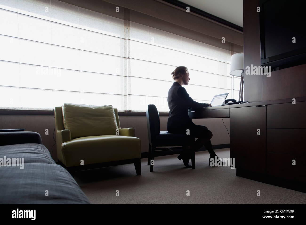 Femme assise au bureau et de travail Photo Stock