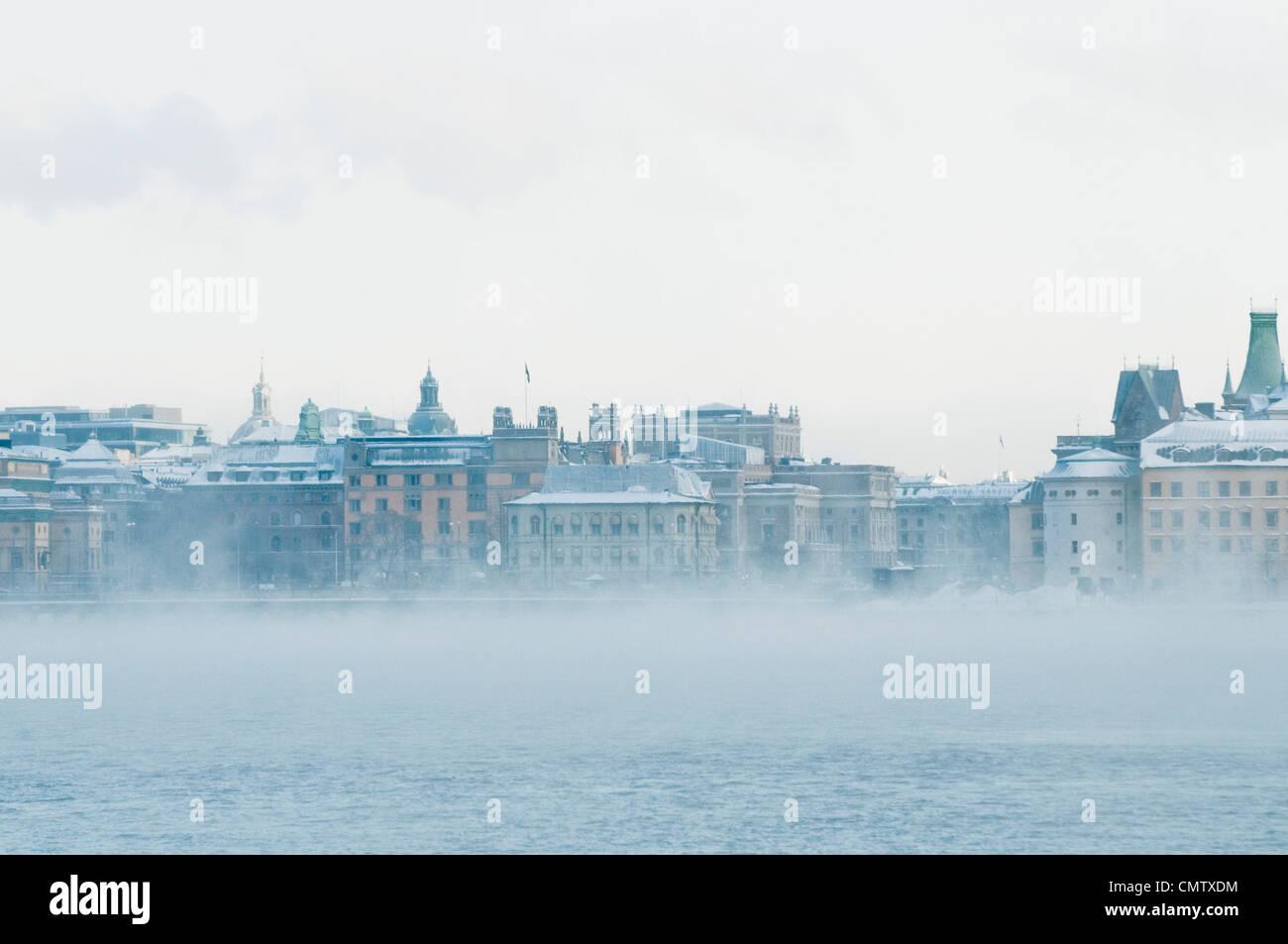 Vue sur la ville avec brouillard Photo Stock