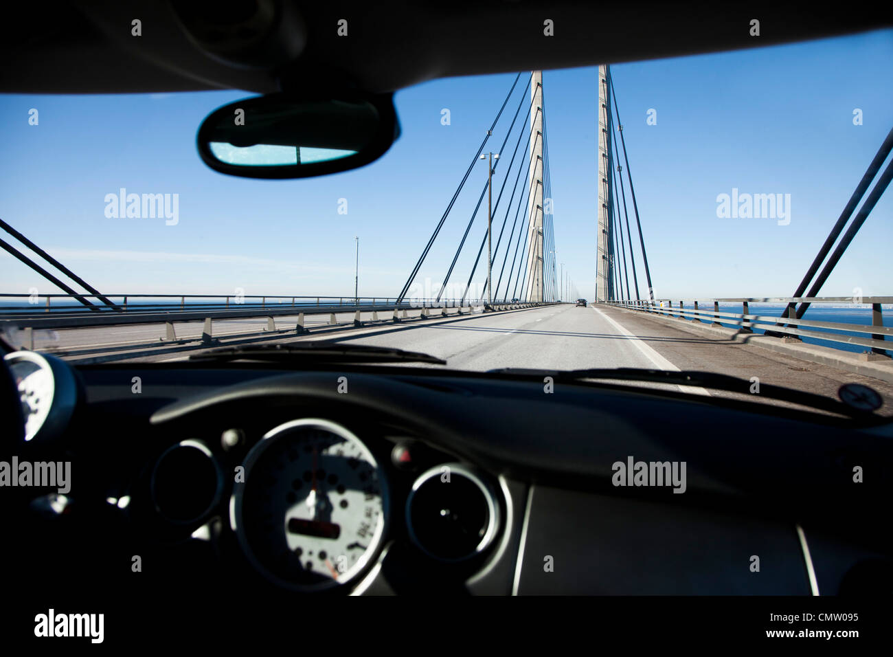 Voiture sur le chemin sur un pont Photo Stock