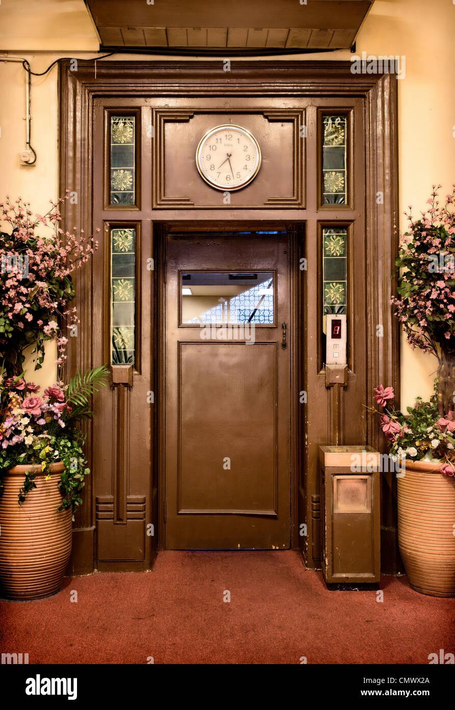 Old vintage porte de l'ascenseur dans le hall Photo Stock