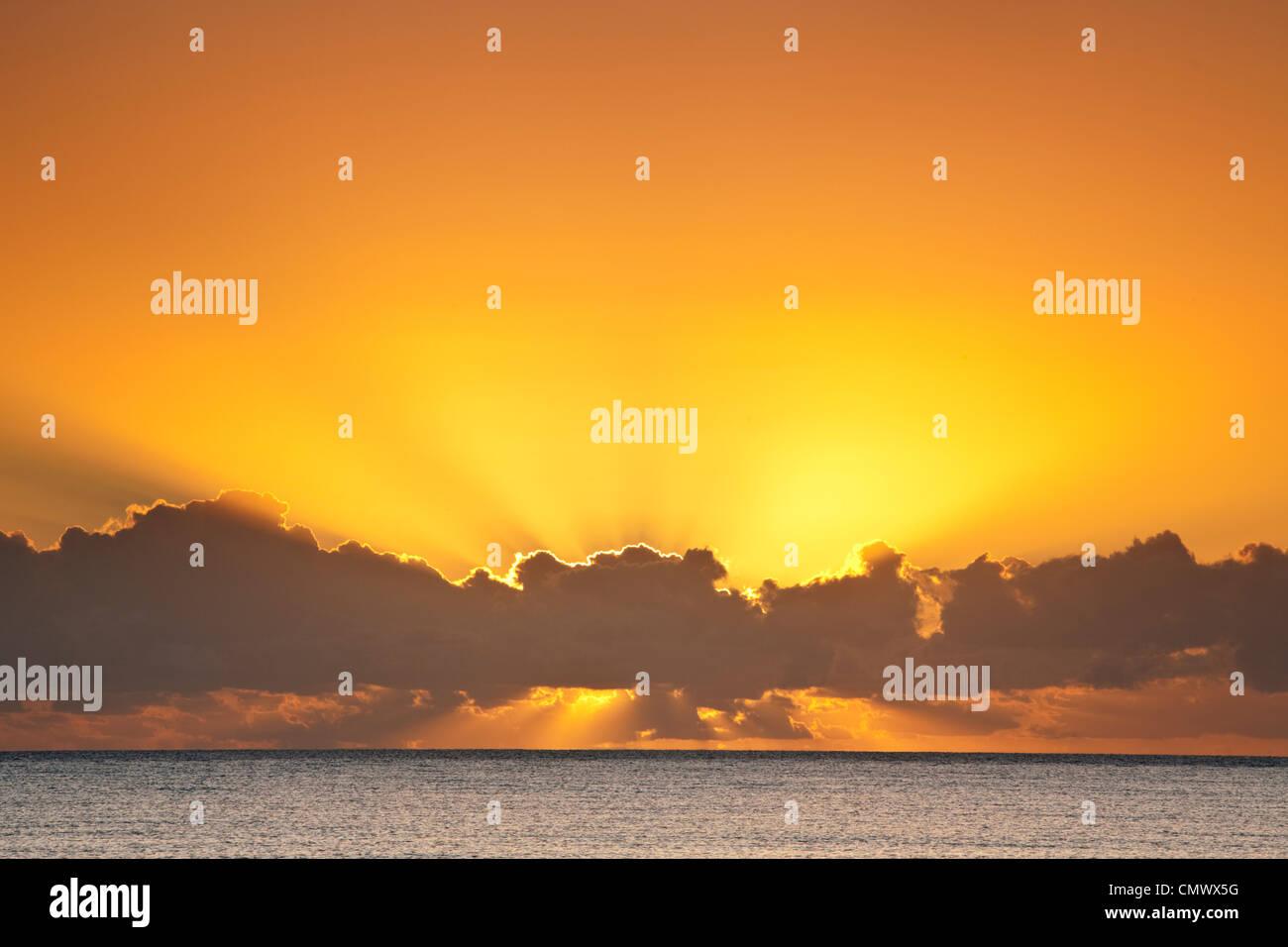 Le lever du soleil sur la mer de Corail. Kewarra Beach, Cairns, Queensland, Australie Photo Stock