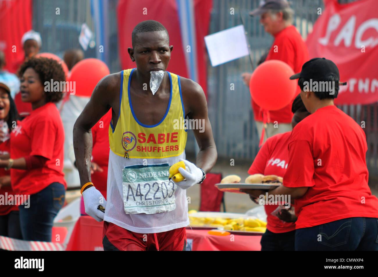 En 2009 le coureur de marathon camarades passant par Pinetown Photo Stock
