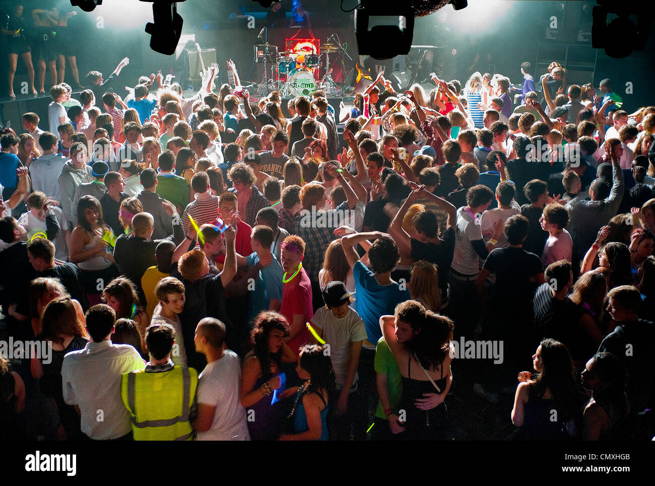 Les adolescents à Newquay, Cornwall la fête. Photo Stock