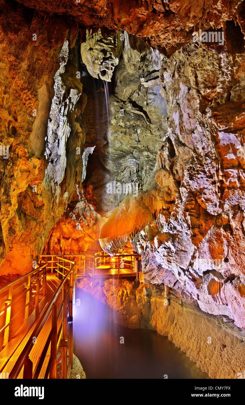 """La """"Grotte des lacs' ('Spileo Limnon"""") près de la ville de Kalavryta, l'Achaïe montagneuse, Photo Stock"""