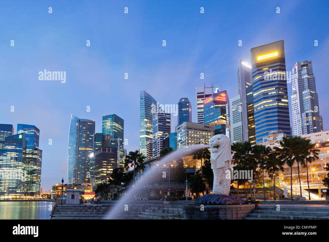 Singapour, statue du Merlion et City Skyline at Dusk Banque D'Images