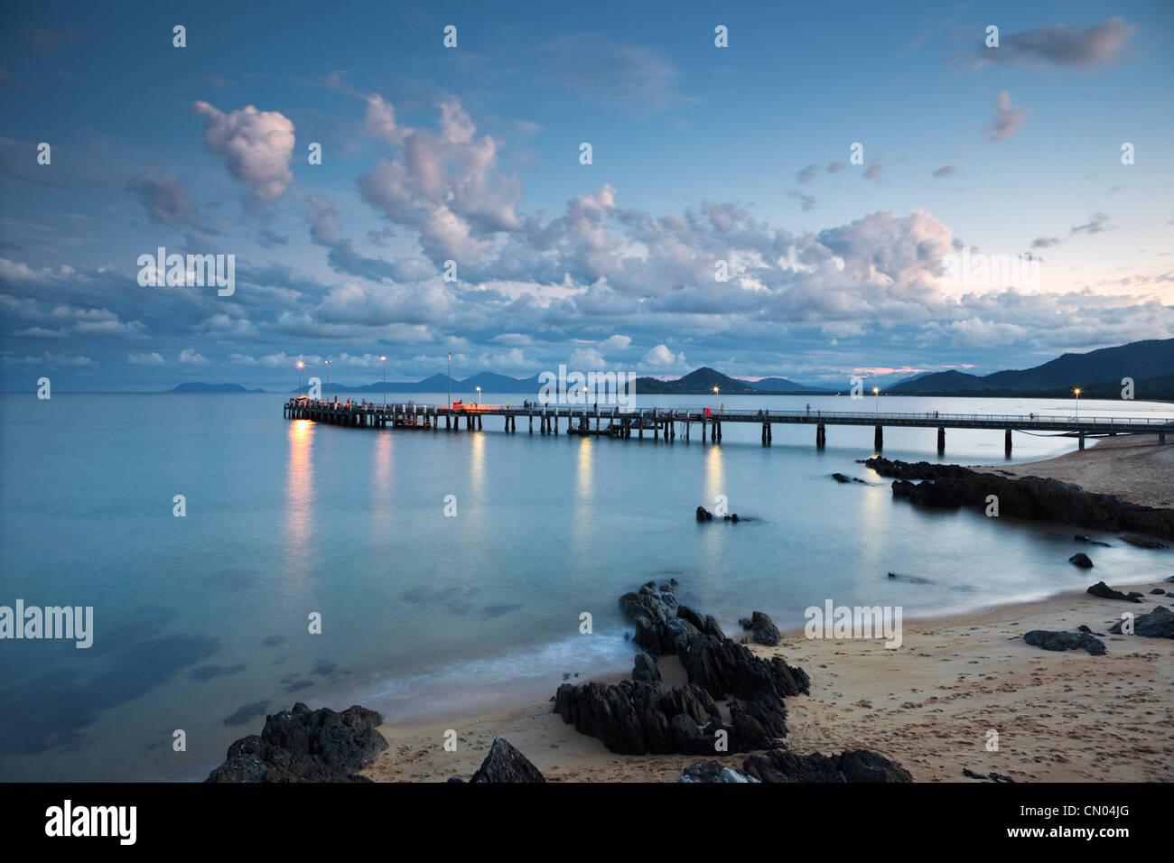 Jetée de Palm Cove, au crépuscule, près de Cairns, Queensland, Australie Photo Stock