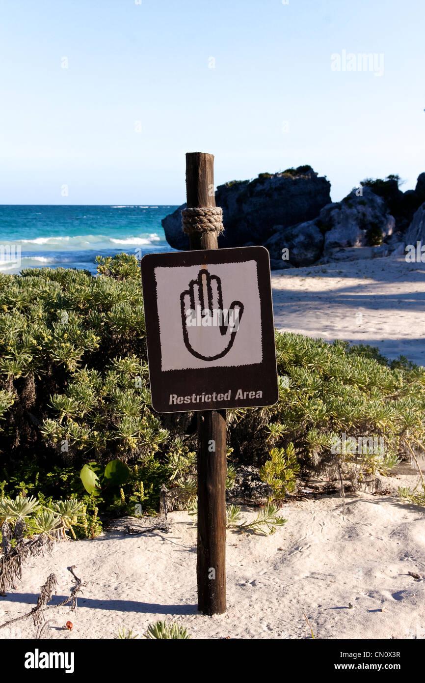 Inscrivez-vous interdire l'accès à une belle plage des Caraïbes (format portrait). Photo Stock