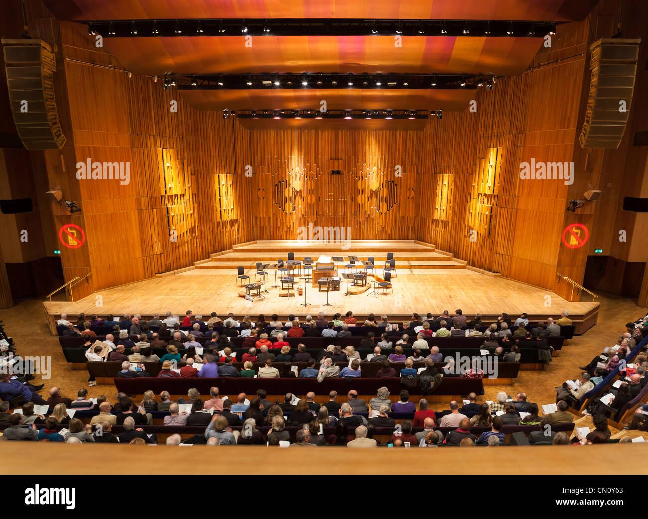 La musique de scène vide du Centre Barbican Concert Hall Theatre Théâtre Auditorium de Londres. Public cible Grand Banque D'Images
