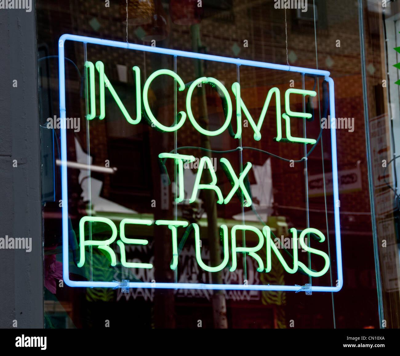 Déclarations d'impôt sur le revenu en néon Photo Stock