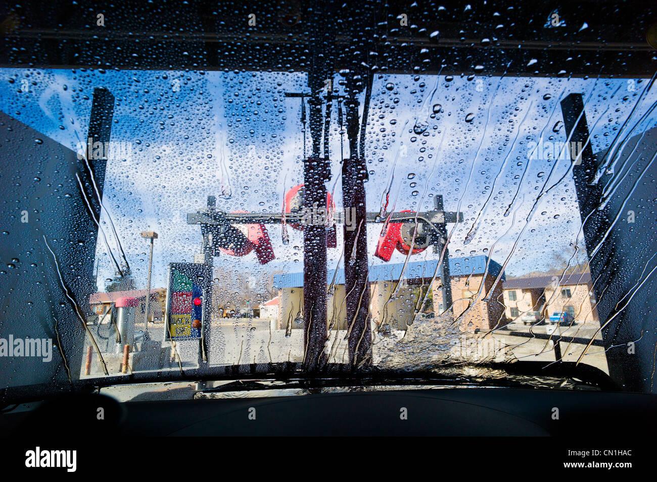 Voir à travers le pare-brise d'une automobile dans un système automatisé de lavage de voiture. Photo Stock