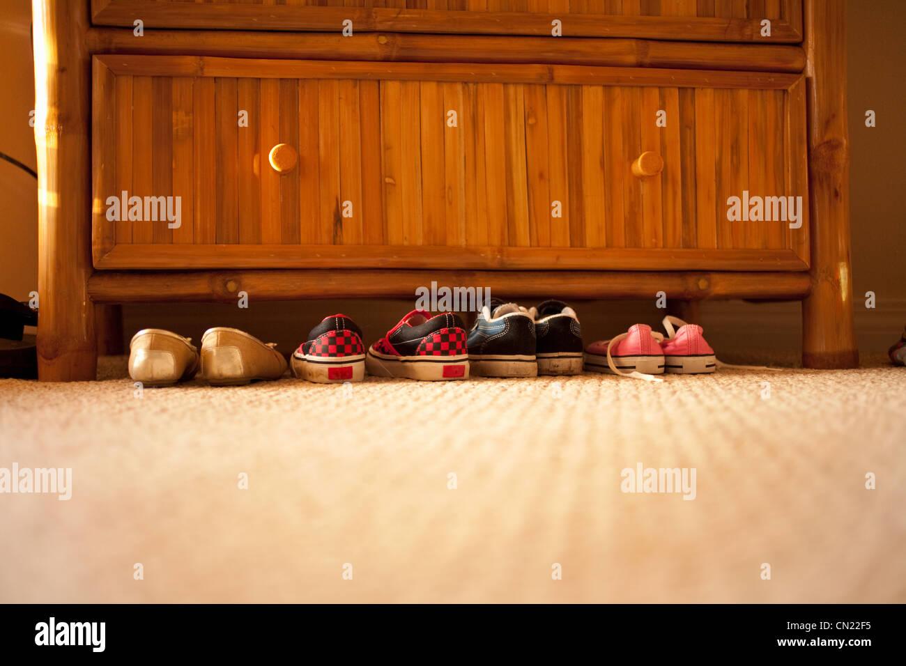 Paires de chaussures sous poitrine de tiroirs Photo Stock