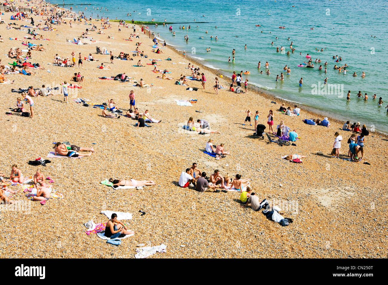 Les gens sur la plage bondée, Brighton, Angleterre Banque D'Images