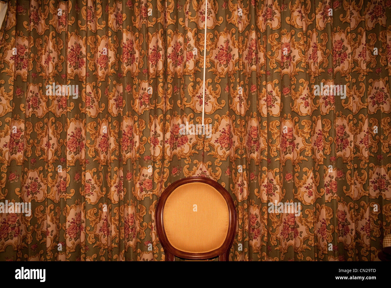 Chaise face à rideaux à motifs Photo Stock