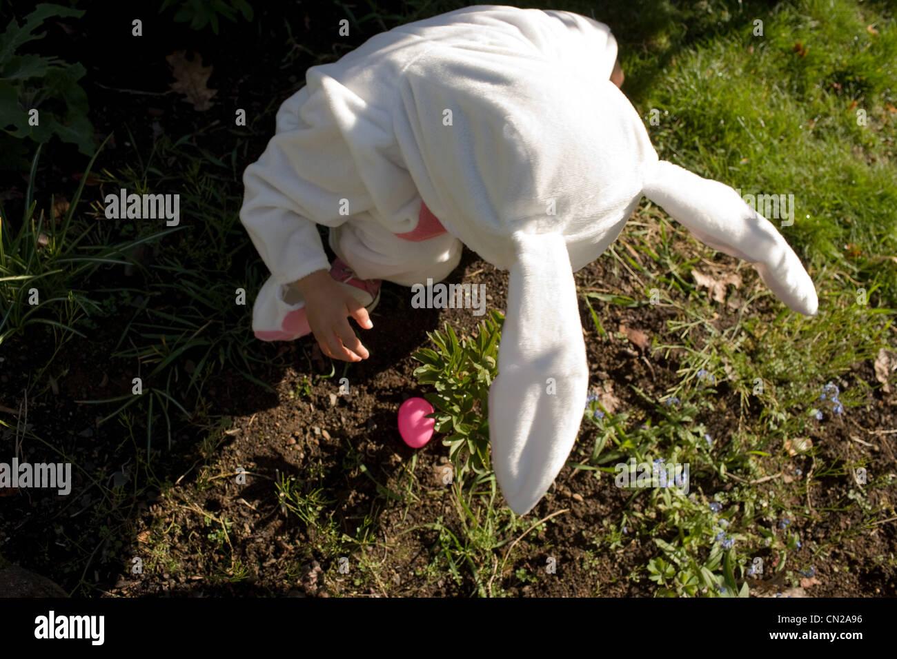 Jeune garçon habillé en lapin de Pâques, high angle view Photo Stock
