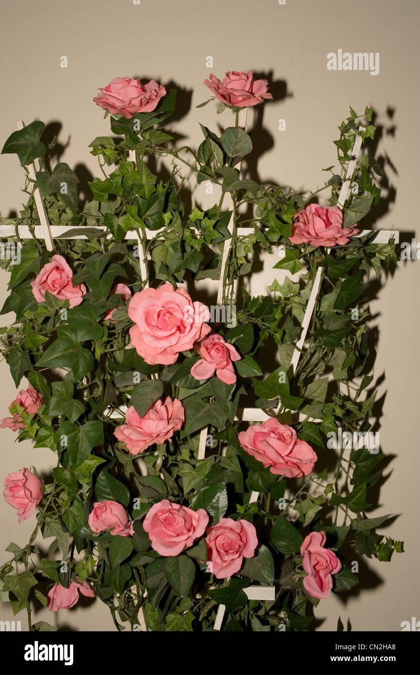 Fleurs artificielles sur treillis Banque D'Images