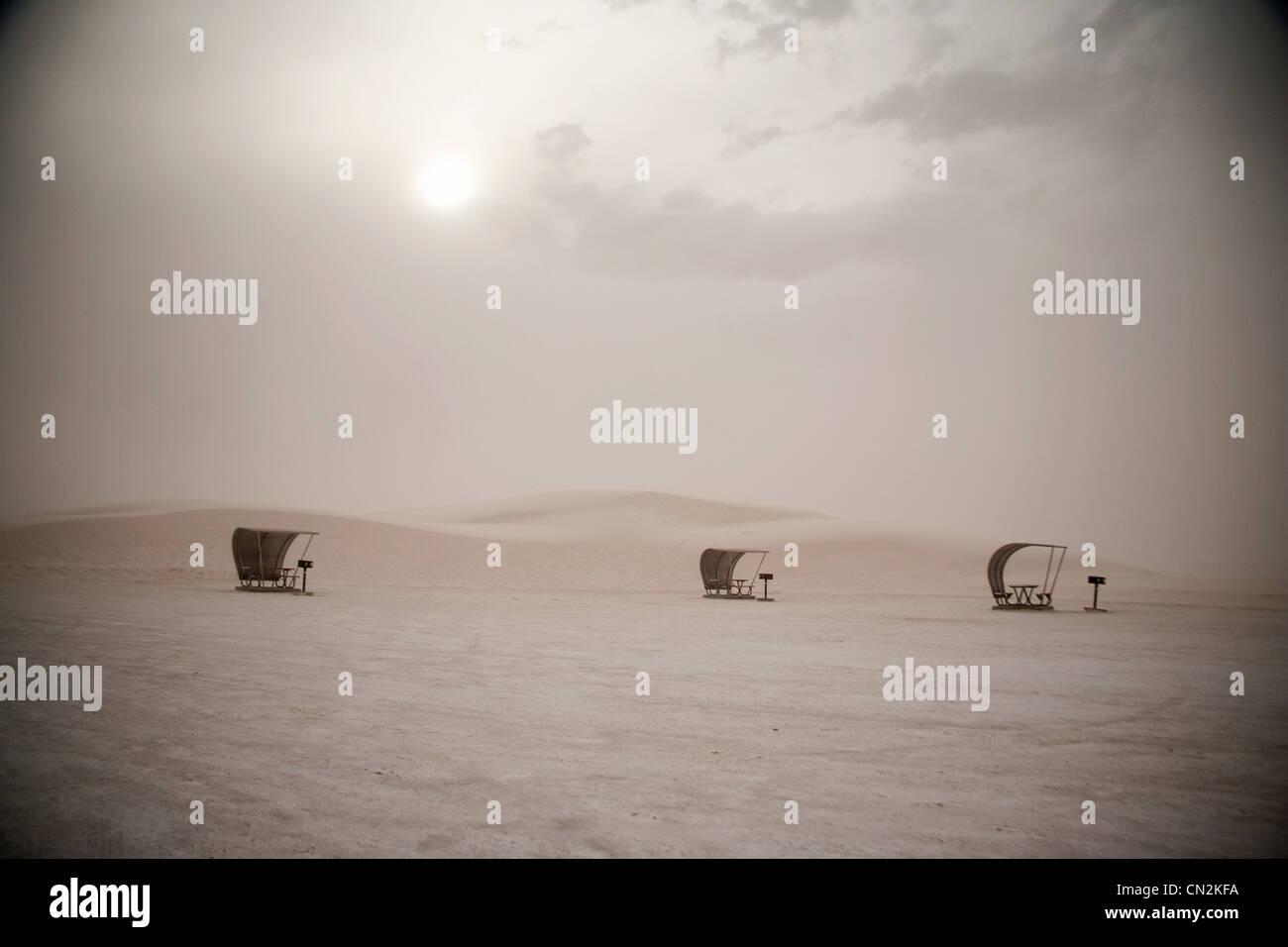 Tables de pique-nique dans la région de White Sands, Nouveau-Mexique, États-Unis Photo Stock