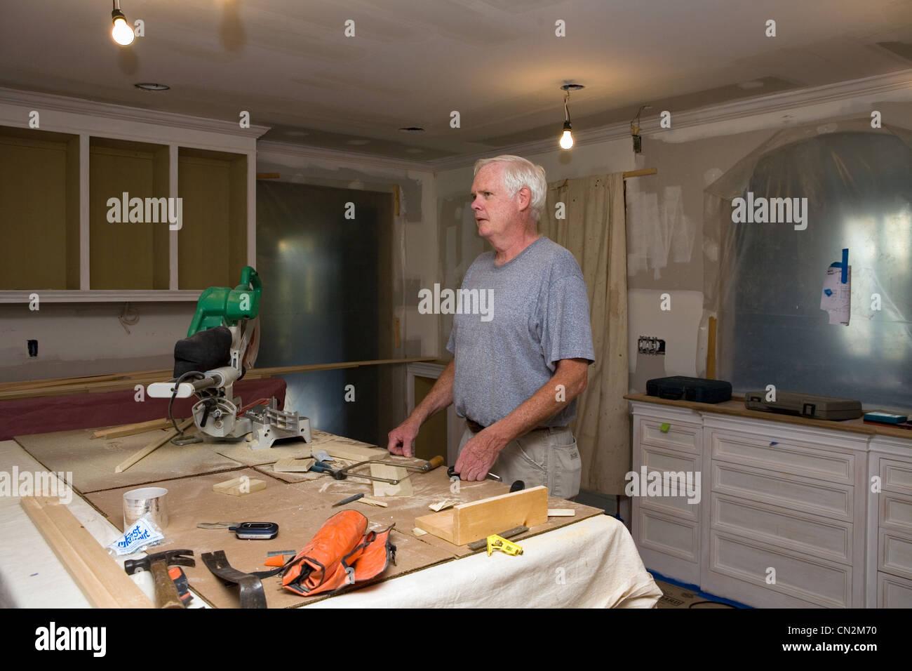 Man faire Bricolage dans la cuisine Photo Stock
