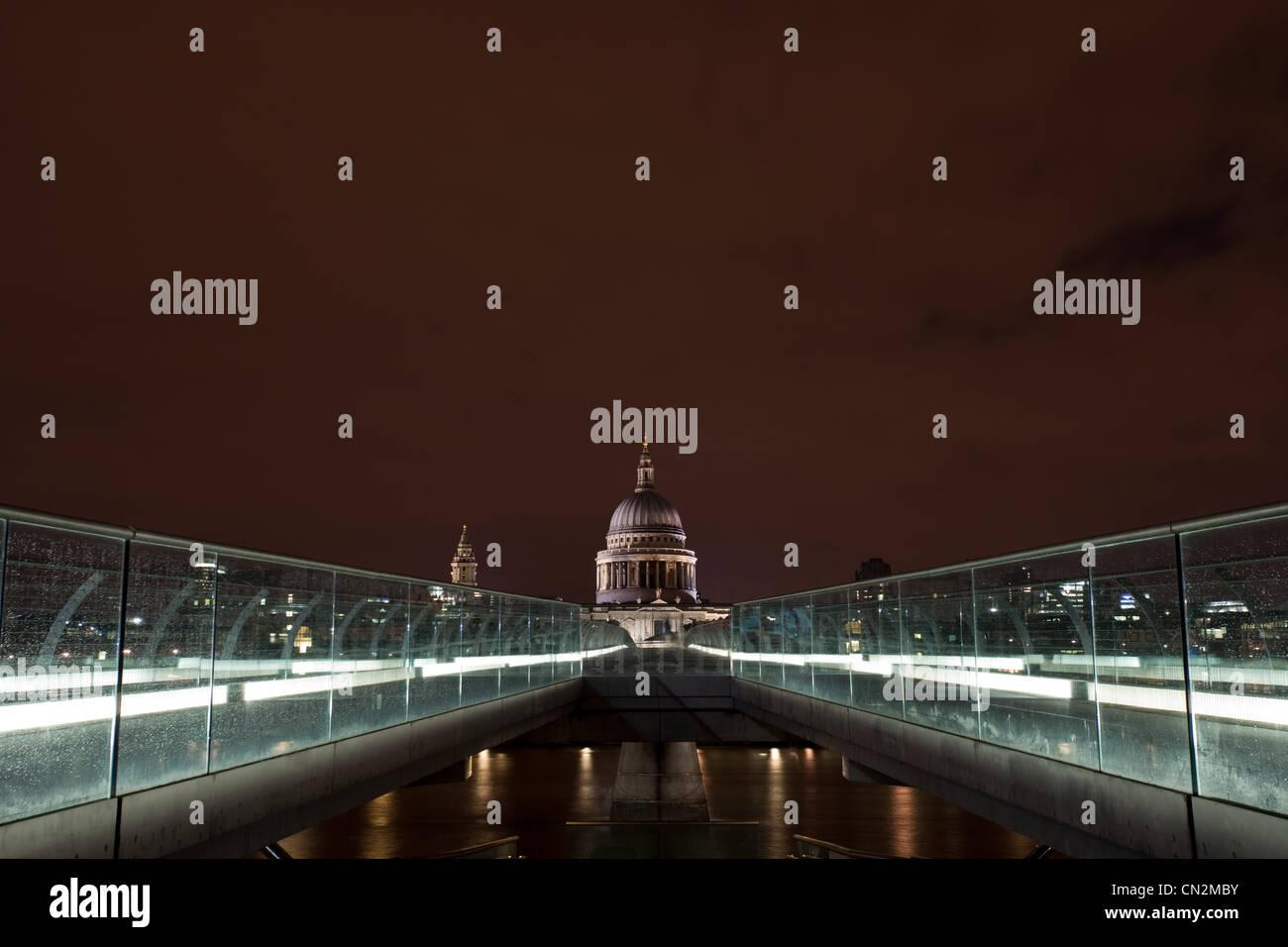 Millennium Bridge vers la Cathédrale St Paul, London, UK Photo Stock
