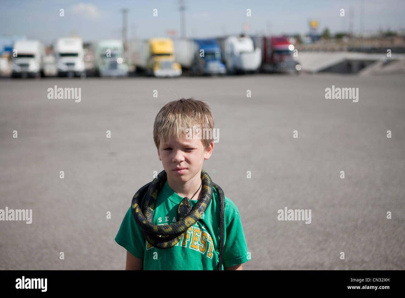 Garçon avec serpent autour du cou Photo Stock