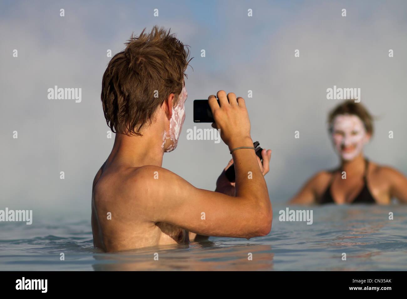 Islande, région Sudurnes, Grindavik, nageurs dans Blue Lagoon découlant de l'activité géothermique, Photo Stock
