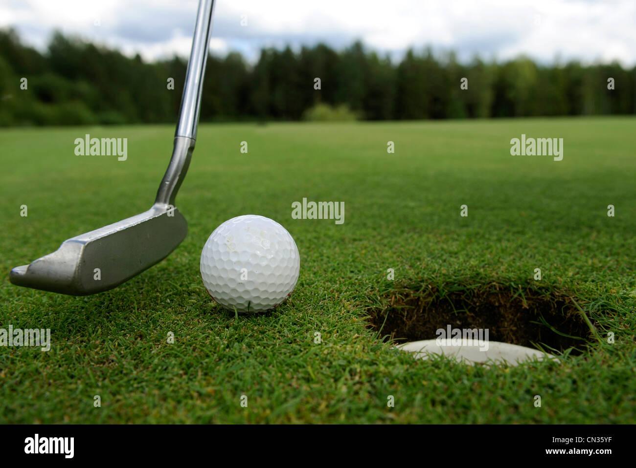 Trou de golf avec ballon et club sur vert Banque D'Images