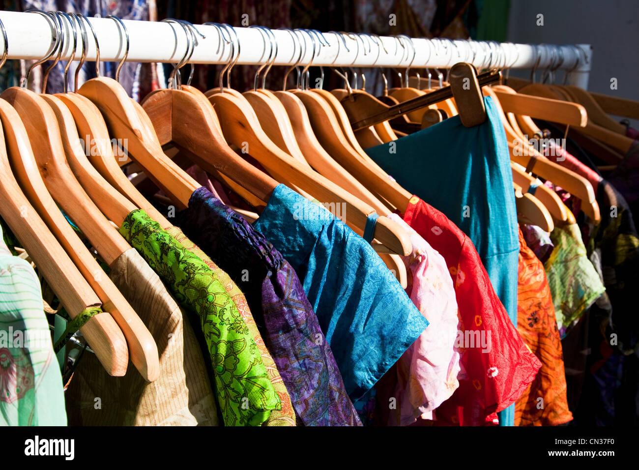 Vêtement pendu sur tringle Photo Stock