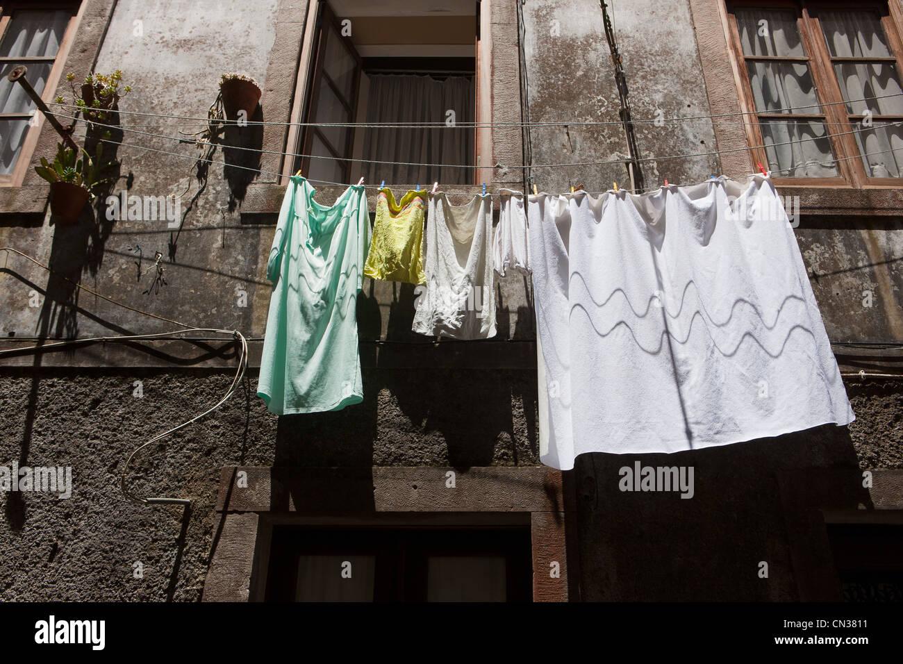 Blanchisserie étendus dehors maisons, Lisbonne, Portugal Photo Stock