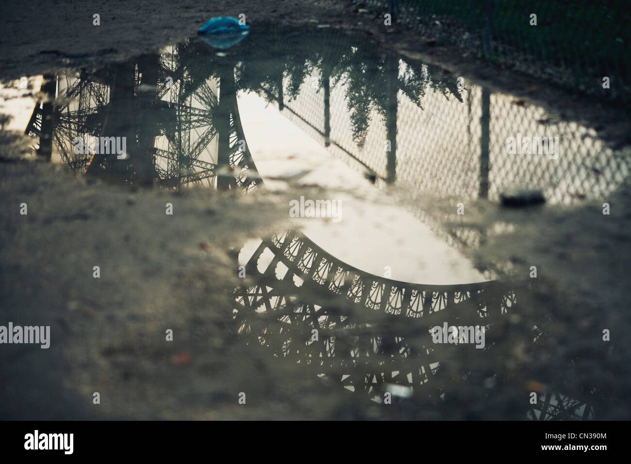 La Tour Eiffel compte in puddle Photo Stock
