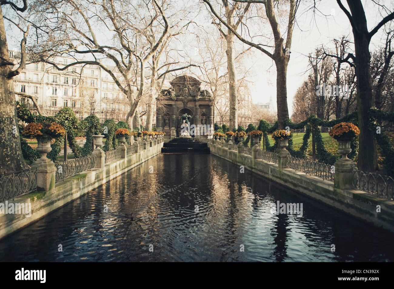 Étang dans un parc, Paris, France Banque D'Images