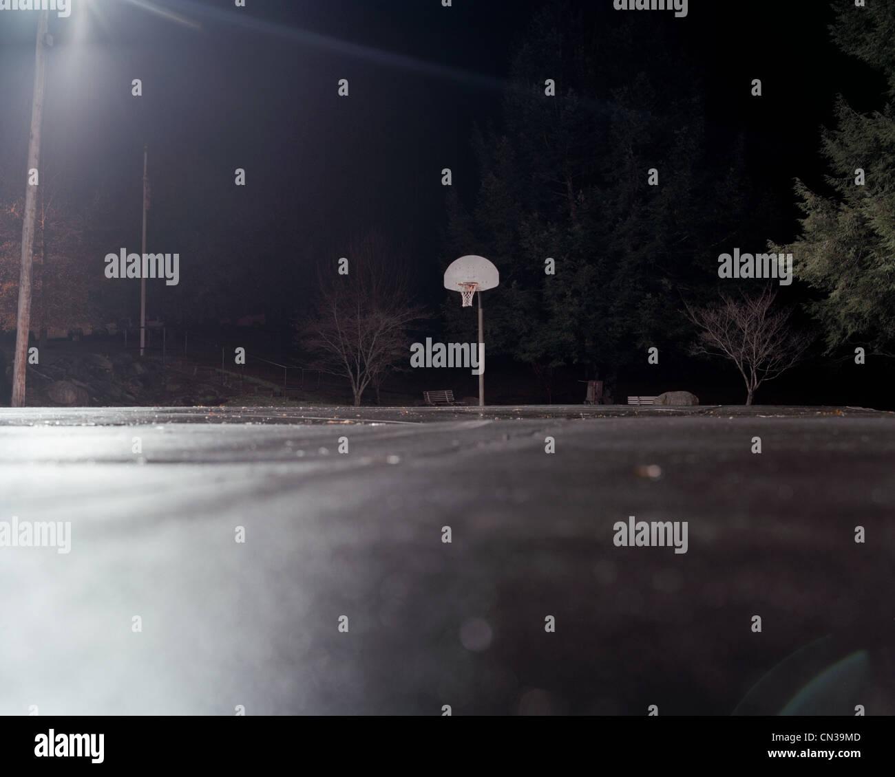 Basket-ball vide la nuit Photo Stock