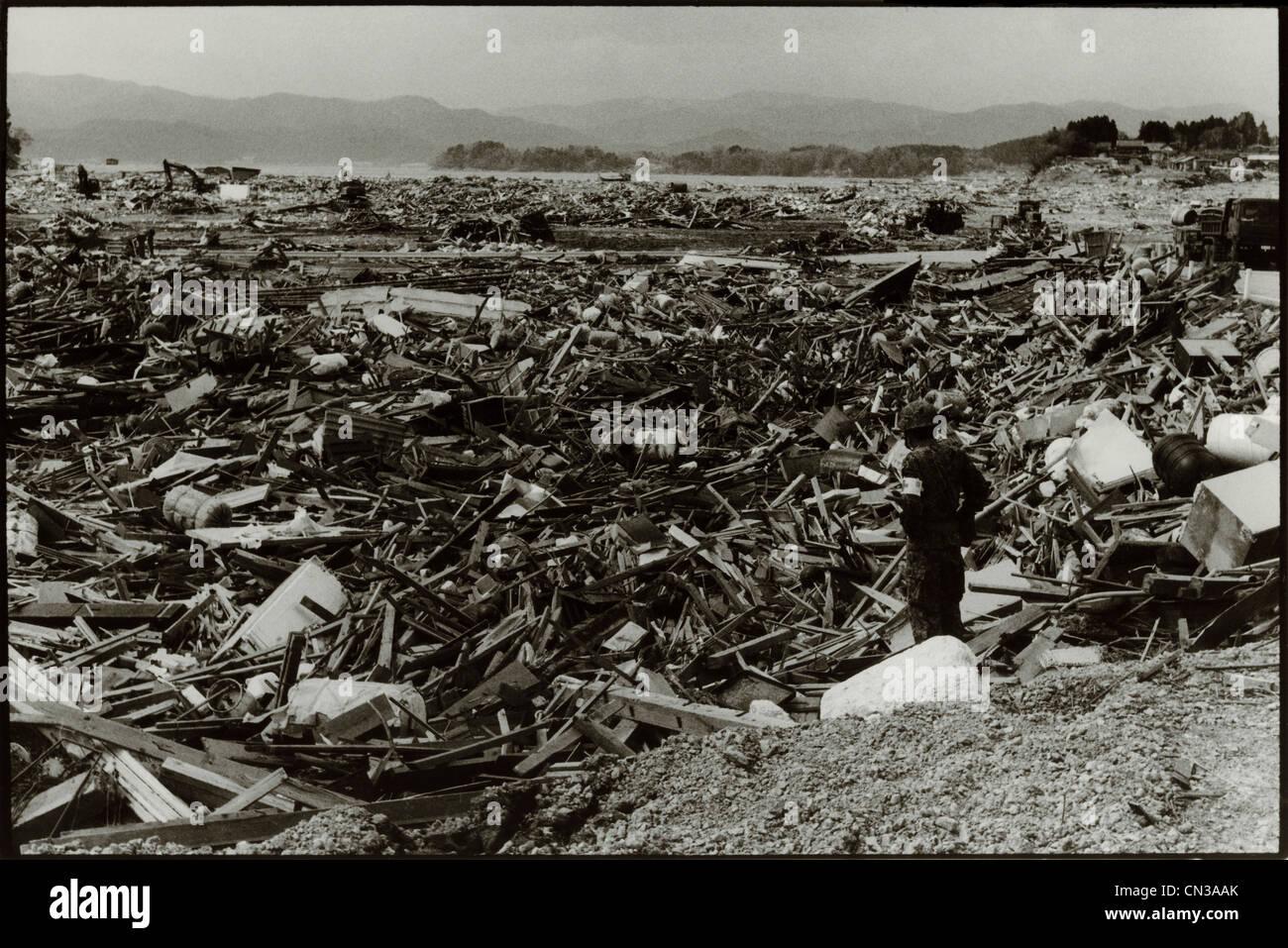 Rikuzentakata, Japon- 20 mars 2011: parmi les débris dans la suite de tremblement de terre et du Tsunami Photo Stock