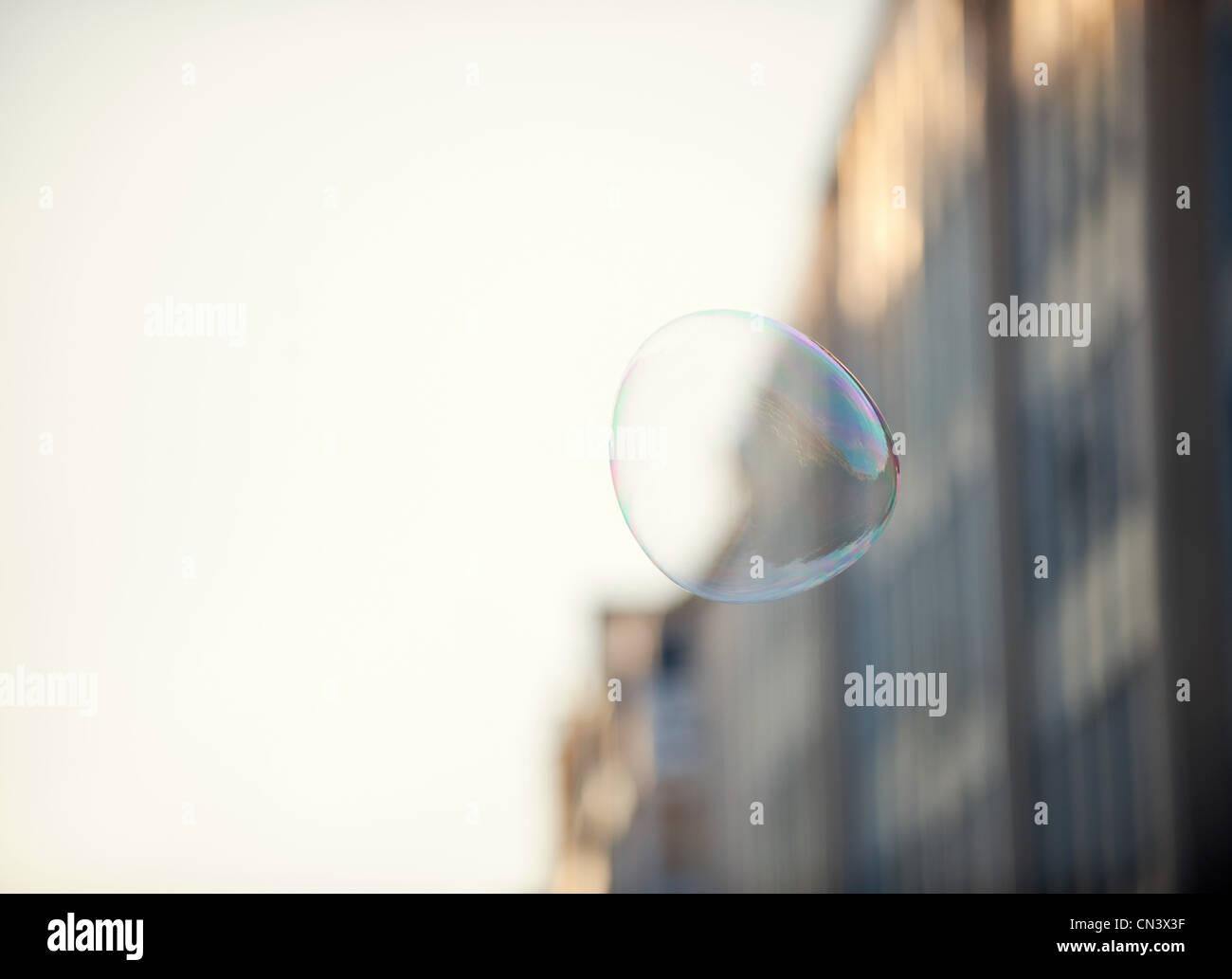Une bulle flottant dans un environnement urbain Photo Stock