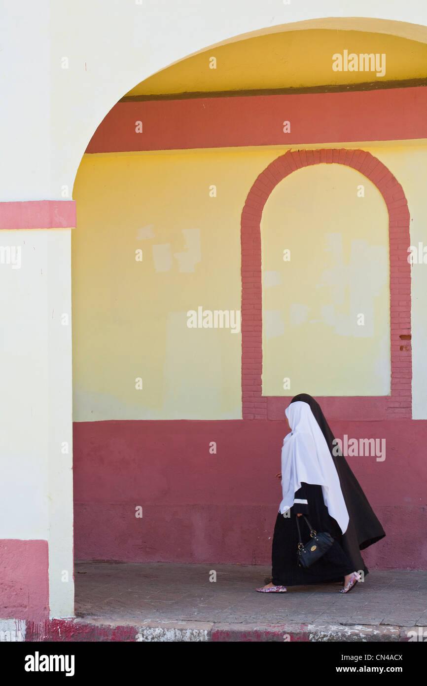 L'Algérie, Tipaza, Cherchell Wilaya, jeunes femmes portant un voile dans la vieille ville Photo Stock