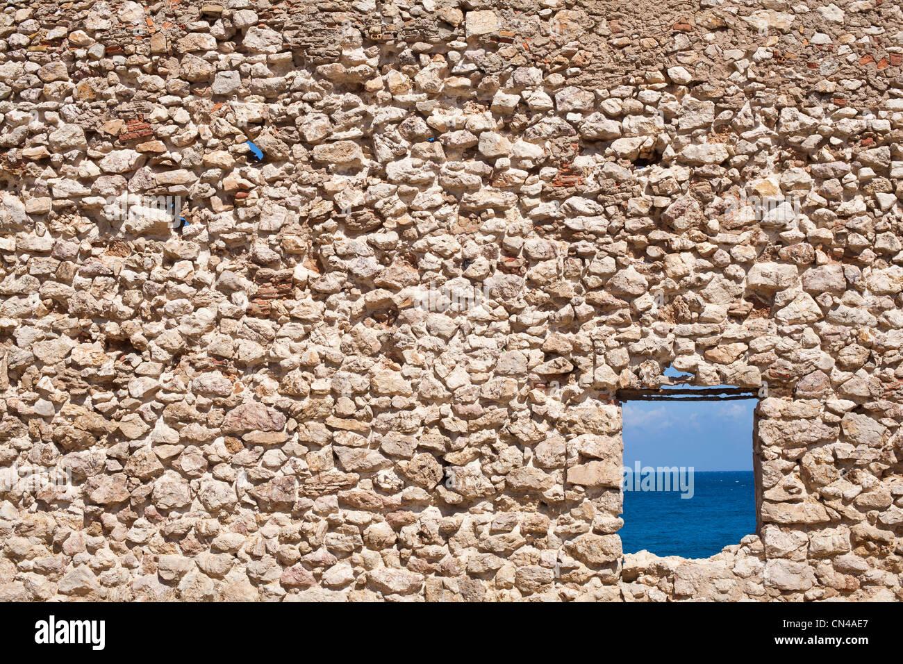 L'Algérie, Tipaza Wilaya Evaluation, Cove, ruine d'une maison avec vue sur la Mer Méditerranée Photo Stock