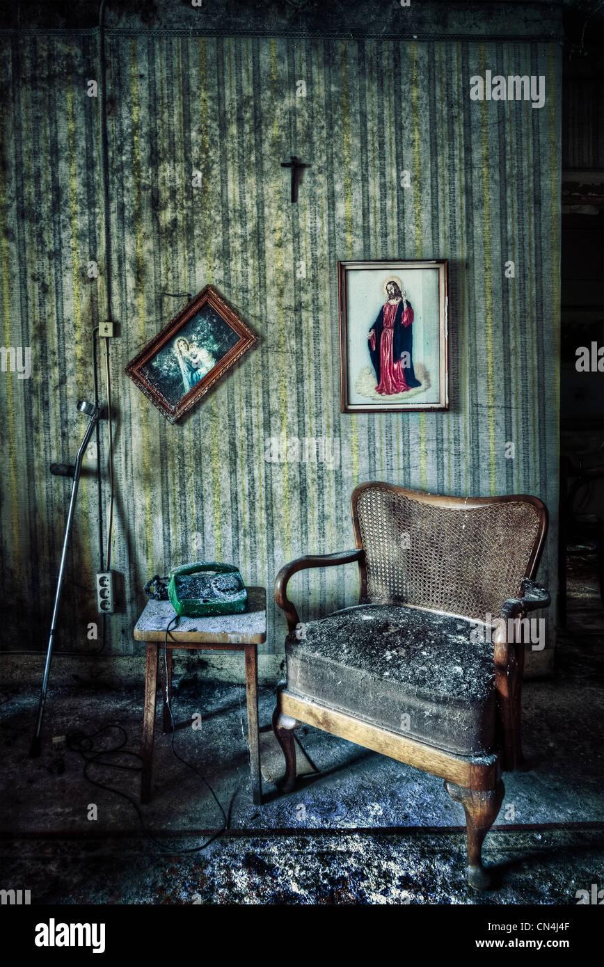 Chambre abandonnée avec une chaise et d'hôtel - images - photos Photo Stock