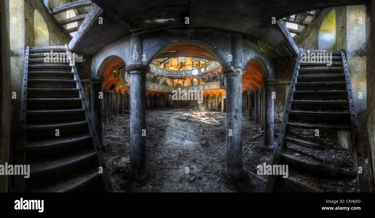 Les escaliers et les arcades de bâtiment abandonné Photo Stock