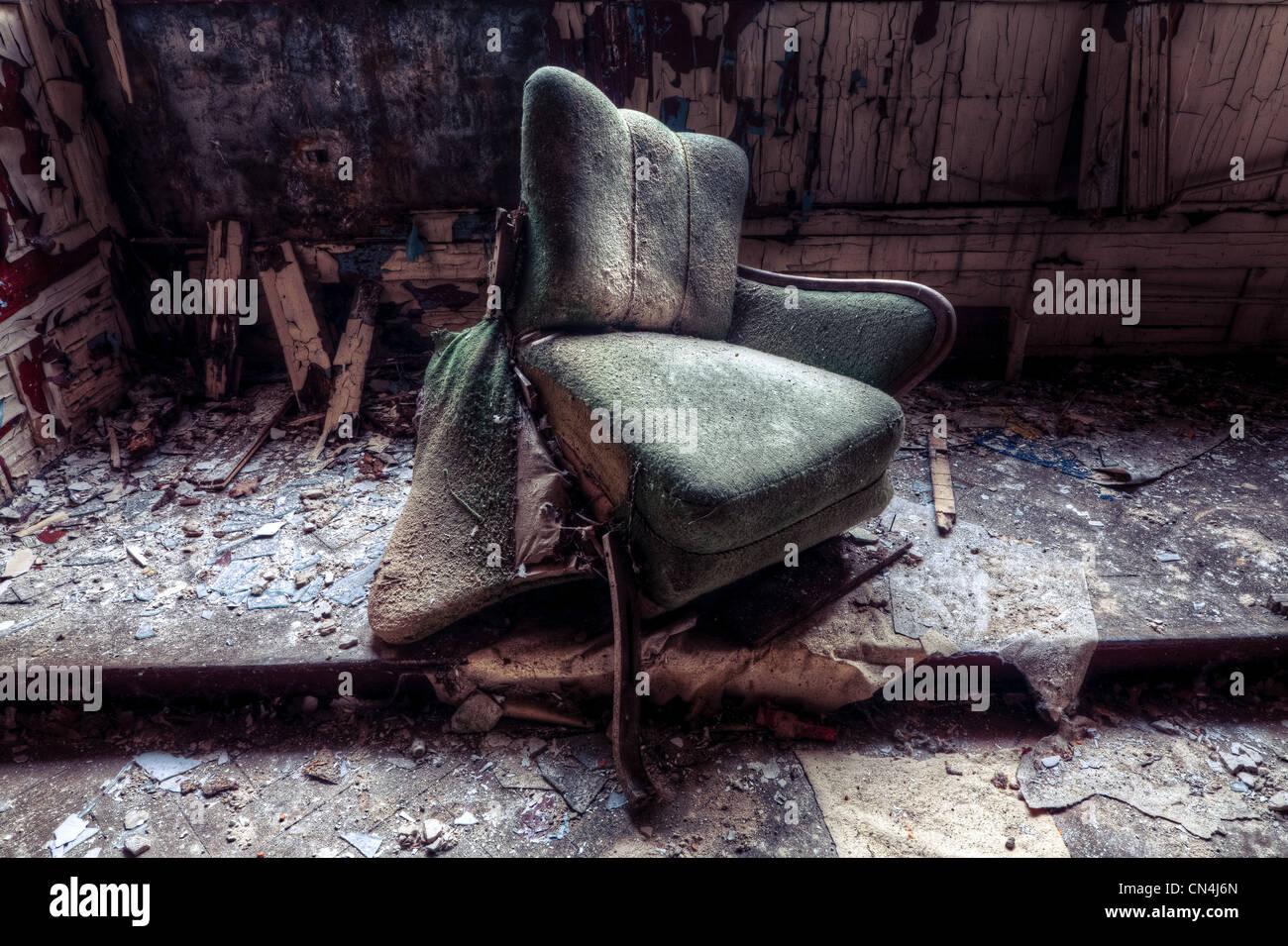 Chaise brisée dans la chambre pourrie Photo Stock