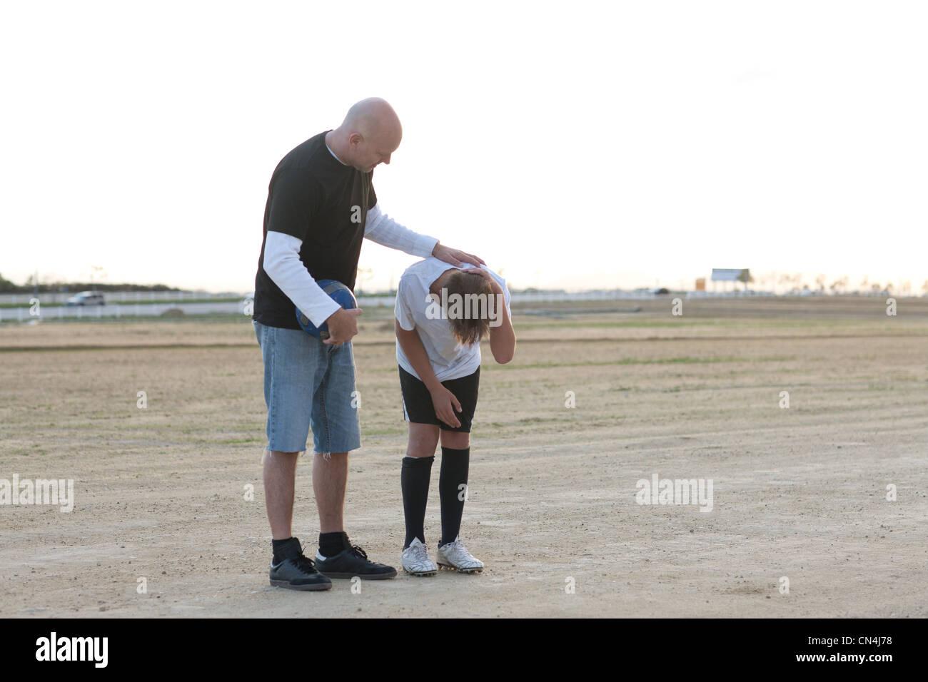L'homme à la recherche après l'enfant blessé Photo Stock