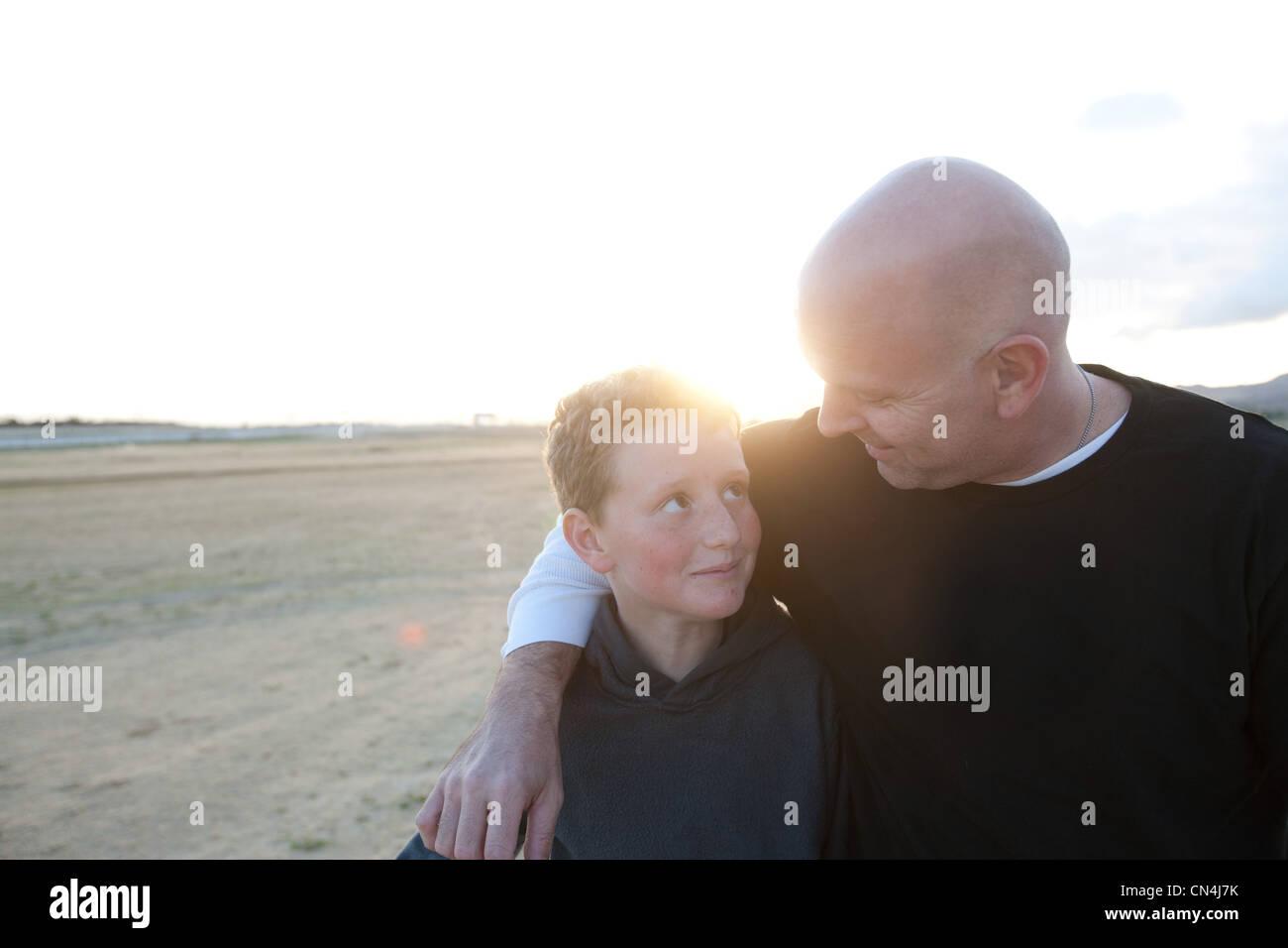 Père et fils à l'extérieur Photo Stock