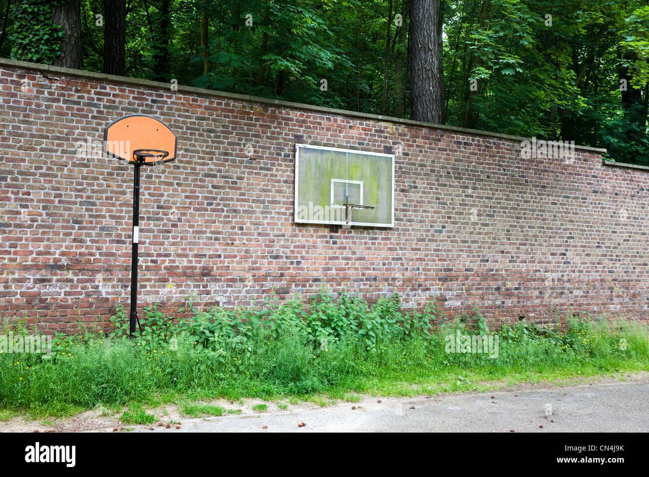 Paniers de basket-ball sur le mur Photo Stock
