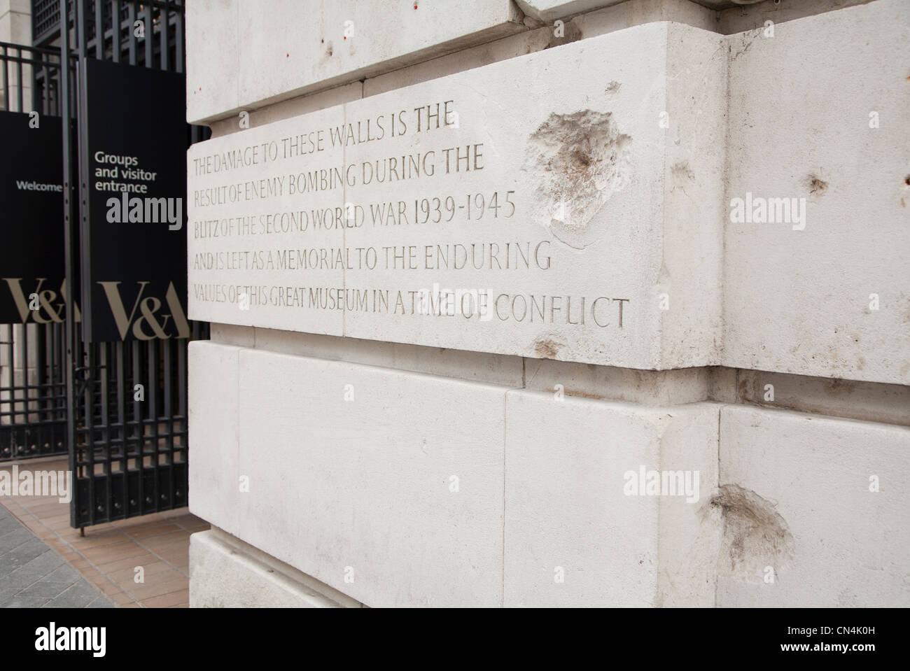 L'extérieur de la paroi endommagée bombe Victoria and Albert Museum de Londres La Grande-Bretagne Photo Stock