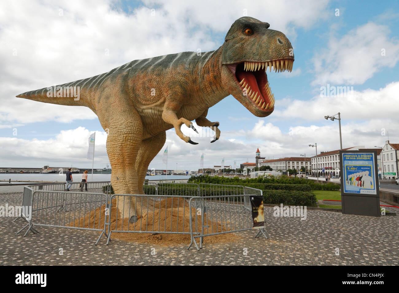 Menaçant Tyrannosaurus Rex dinosaure dans la ville portugaise de Ponta Delgada. Açores Banque D'Images